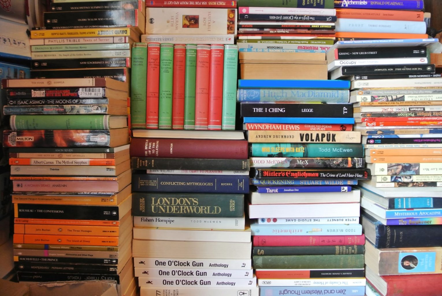 stack books commons marie wikimedia kondo publishing fiction stacked crisis creative ab science expensive genre novels read farewell hemingway ernest